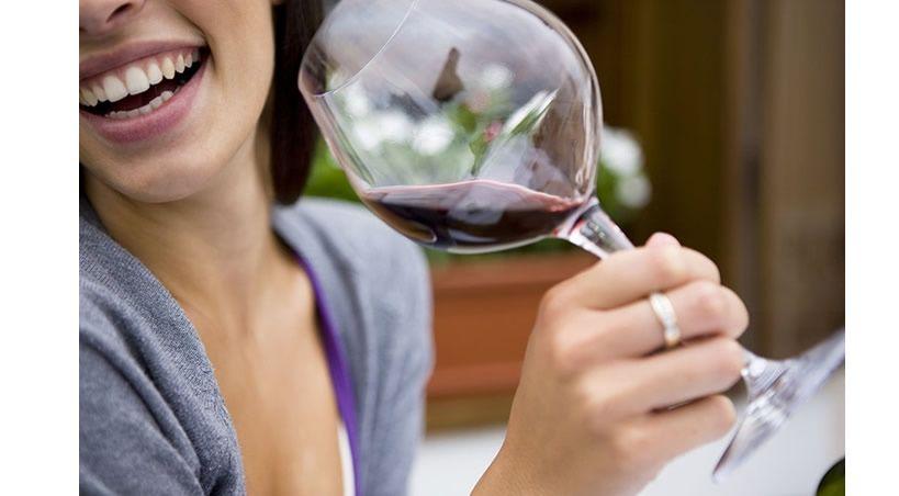 El vino previene la caries dental, según una investigación del CSIC