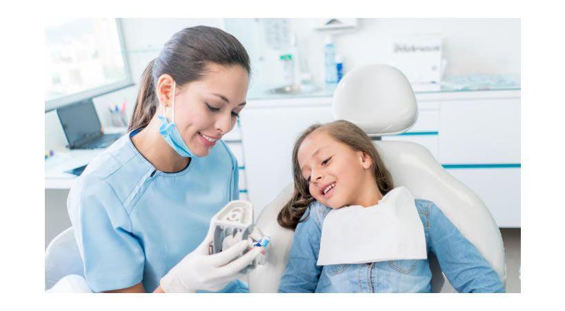 ¿Cuándo debe acudir un niño por primera vez al dentista?