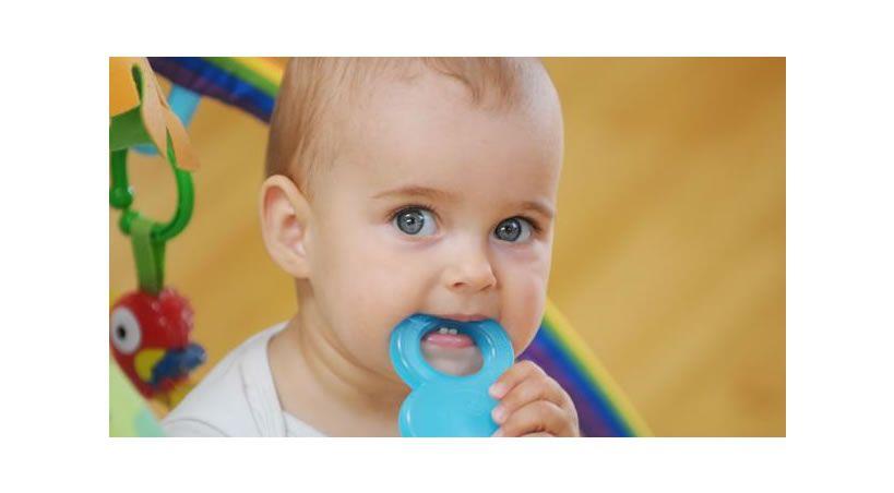¿Cuándo salen los primeros dientes al bebé y cómo aliviar sus molestias?