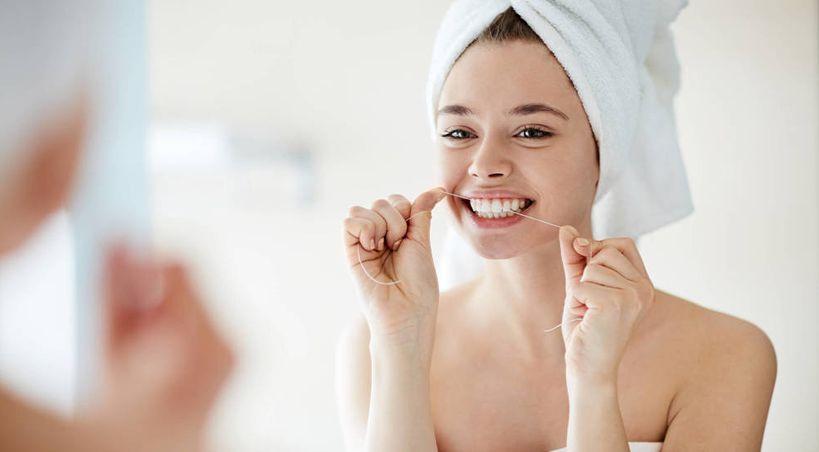 Cepillarte los dientes o usar hilo: ¿qué deberías hacer antes?
