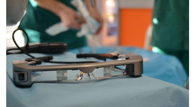 Efectos de un dispositivo de comunicación de realidad aumentada en la ansiedad y satisfacción del paciente sometido a cirugía oral